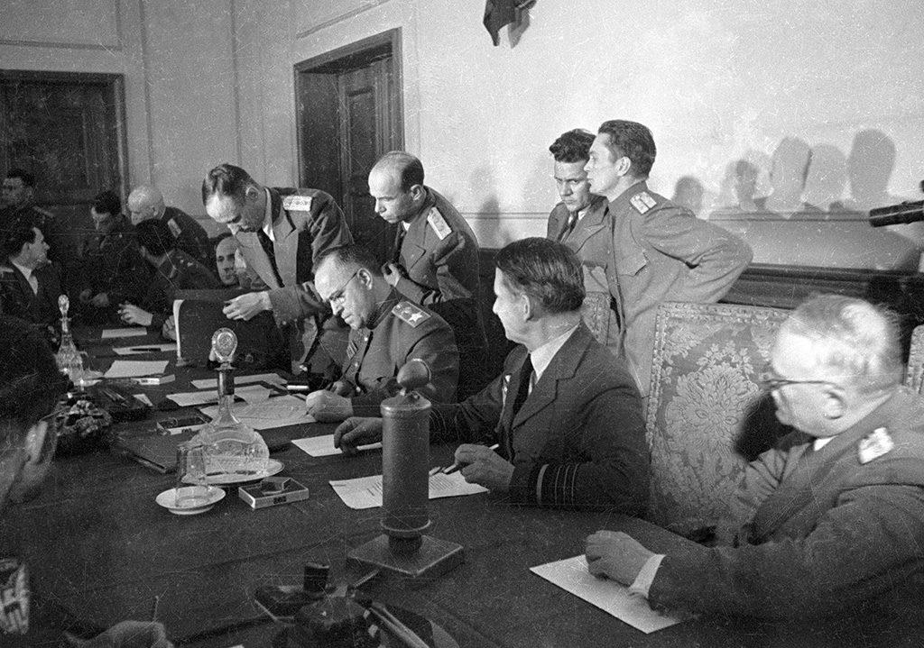 У име Немачке акт је потписао фелдмаршал Вилхелм Кајтел, у име Совјетског Савеза маршал Георгиј Жуков, а у име западних савезника британски ваздухопловни генерал Артур Тедер.